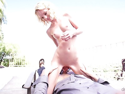 Blonde spinner Sammie Daniels gets naked and seduces her driver with a wet blowjob and a fuck fest in her bald pussy